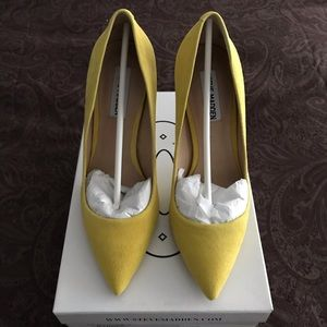✨Steve Madden✨ Daisies 👠 in yellow Suede